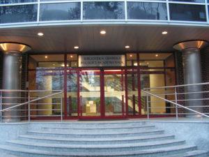 Wejście do nowego budynku Biblioteki (ul. Wałowa 24)