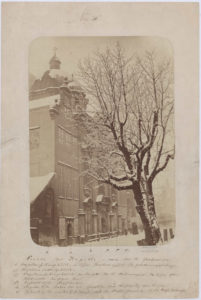 Kaplica Królewska w Gdańsku, widok od północnego wschodu, w głębi widoczny fragment ul. Św. Ducha. Fot. Albert Ballerstaedt, ok. 1870-1878 roku.